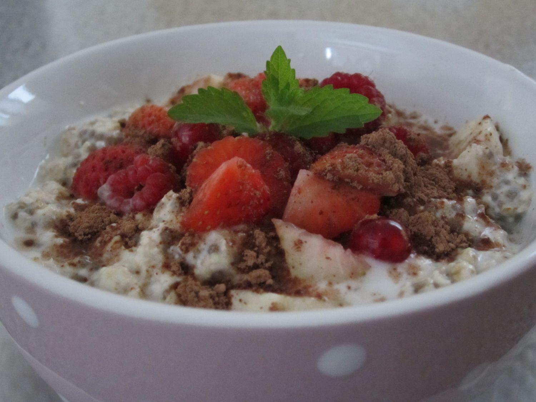 Ovseni kosmiči s kozjim jogurtom, chio, sadjem in kakavom