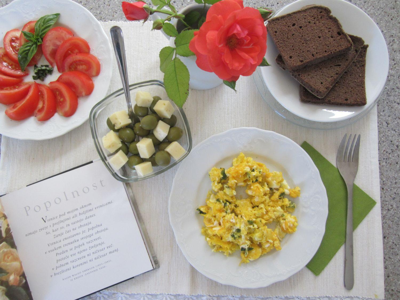 Vmešana jajčka, olive s sirom, paradižnik, ajdov kruh