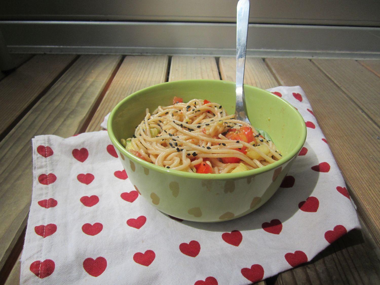 Špageti z avokadom, paradžnikom, bučkami in črnim sezamom