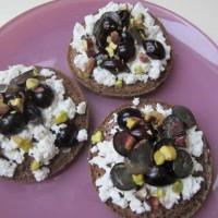Kruhki s skuto in pečenim grozdjem