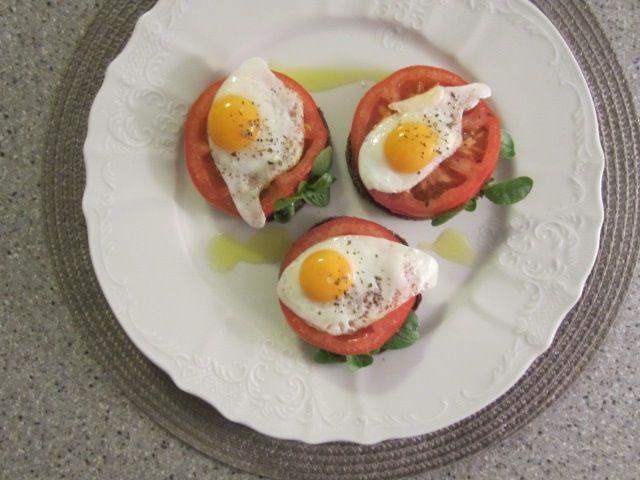 Kruh s paradižnikom in prepeličjim jajčkom