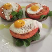Obloženi kruhki s prepeličjimi jajčki