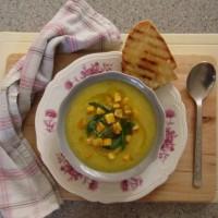 Kremna bučna juha s krompirjem in čičeriko (ter rukolo za piko na i)