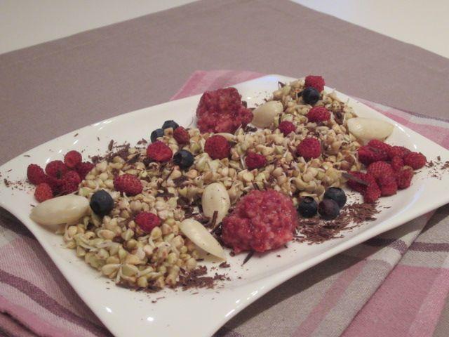 Presna ajda s sadjem, čokolado in mandlji