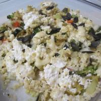 Zelenjavna s proseno kašo, skuto, sirom in semeni