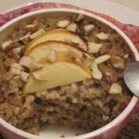 Prosena kaša v kokosovem mleku z lešniki, suhimi dateljni, rožičevo moko in jabolkom