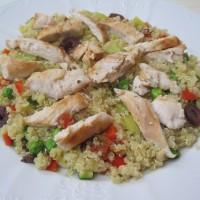 Zelenjavna kvinojina rižota s piščancem in olivami