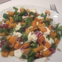 Zimska solata s sladkim krompirjem in skuto