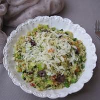 Kvinoja s poletno zelenjavo, avokadom, črnimi olivami in z zelo okusnim sirom