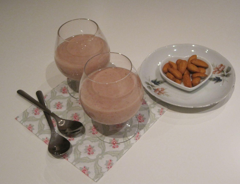 smoothie: banana, jagode, mandlji, jogurt, vanilija