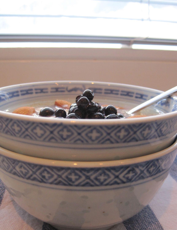 Kvinoja z mandlji in borovnicami