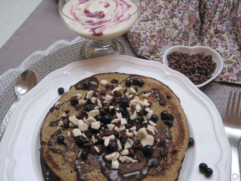 Ajdove palačinke z mandlji + čokoladno borovničev nadev + mandlji,borovnice in kakavova zrna