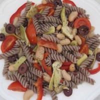 Ajdove testenine z artičokami, paradižnikom, belim fižolom in črnimi olivami