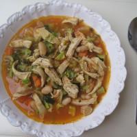 Zelenjavana mineštra s piščančjim mesom in belim fižolom