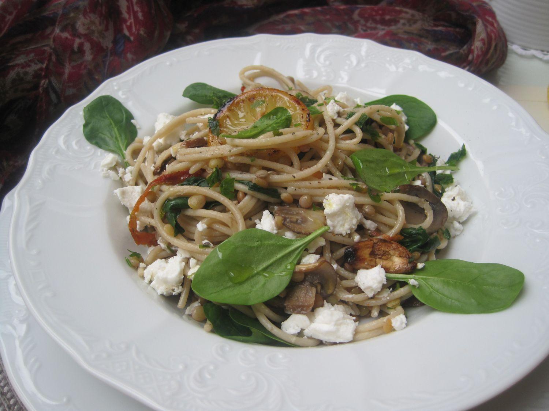 Špageti s šampinjoni, špinačo, suhimi paradižniki, pečenim česnom, lečo in feto.