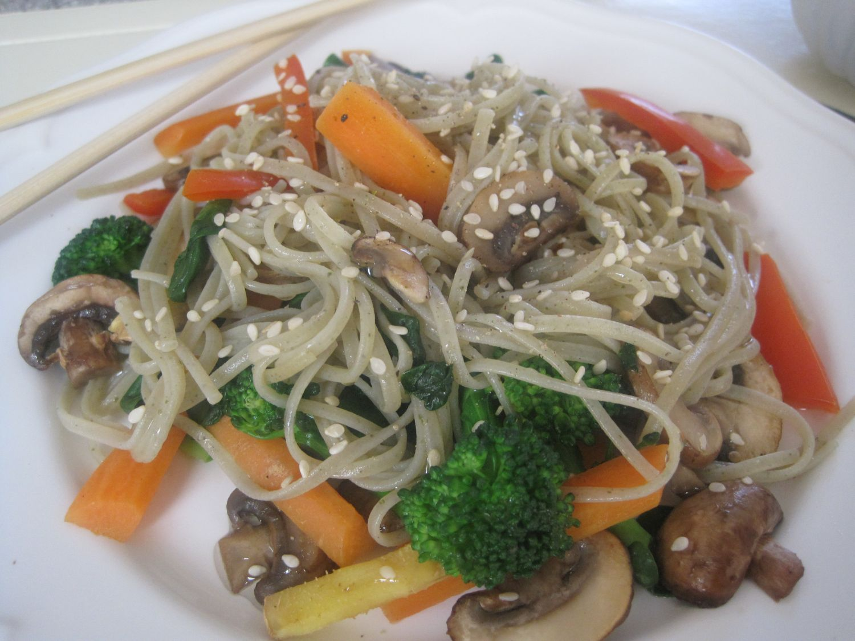 Zelenjava, sezam ter rezanci iz rjavega riža in alg