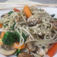Rezanci iz rjavega riža in alg z zelenjavo in rahlo praženim sezamom