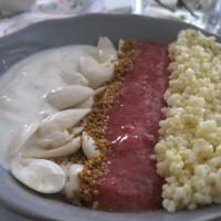 Proso z jagodno kašo, mandlji, cvetnim prahom ter vanilijevim grškim jogurtom