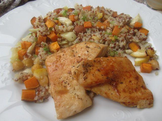 Pisana kvinoja s sladkim krompirjem, limono in koromačem + piščančji file z lim. lupinico