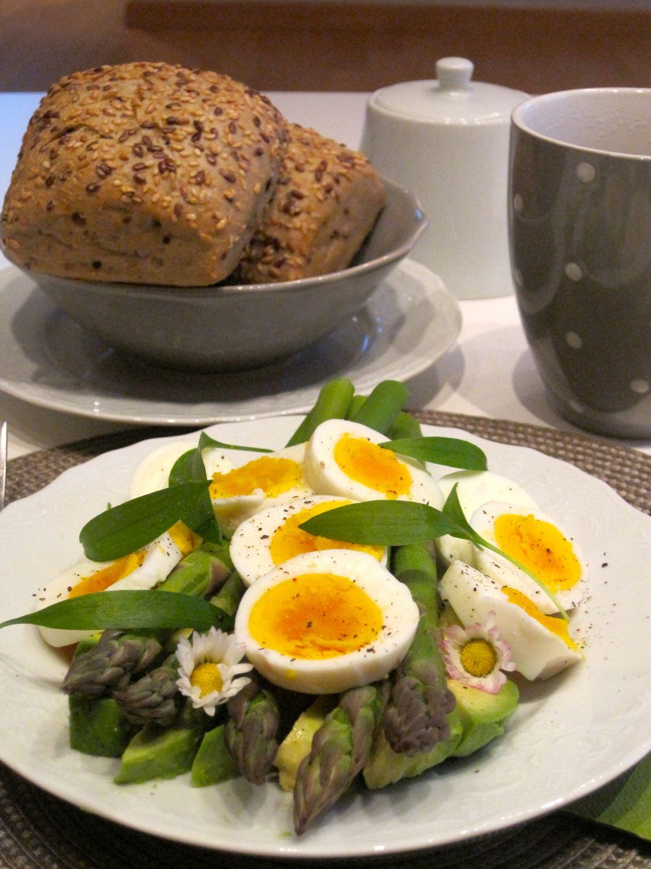 Šparglji z avokadom in kuhanimi jajci