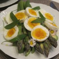 Šparglji z avokadom, čemažem in kuhanimi jajci
