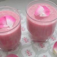 Sladek roza smoothie z vrtnicami