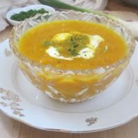 Pikantna korenčkova juha z mlado čebulico, ingverjem in kurkumo