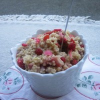 Vanilijeva prosena kaša z jagodami in cvetovi dišečih vrtnic