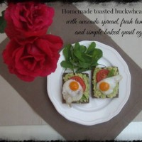 Avokadov namaz s svežim paradižnikom in prepeličjimi jajčki
