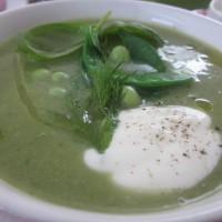 Nežna juha iz sladkornega graha, krompirja in koromača (z žlico gostega jogurta)