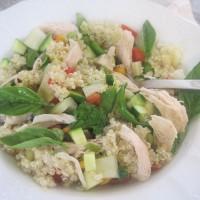 Poletna zelenjavna enolončnica s piščancem, kvinojo, limono ter svežimi zelišči