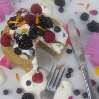 Puhaste palačinke z grškim jogurtom, cvetličnim medom, jagodičevjem in poletnimi cvetjem
