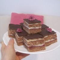 Čokoladno pecivo z vanilijevim pudingom in brusnično marmelado