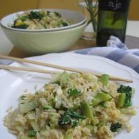 Pečen rjavi riž z zelenjavo, vmešanim jajcem in začimbo iz gob šitake