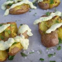 Hrustljav krompir in jogurtova krema z avokadom