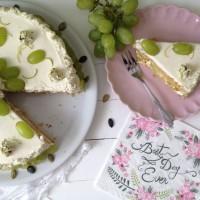 Pirina torta z bučnimi semeni, mascarponejem, medom in belim grozdjem