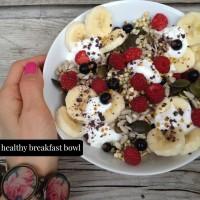 Grški jogurt s svežim sadjem, presno ajdo, semeni in drobljenimi kakavovimi zrni