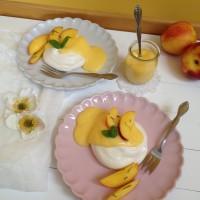Meringue z limonino kremo in nektarinami