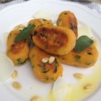 Njoki iz sladkega krompirja in špinače s česnovo žajblovim oljčnim oljem, kozjim sirom in praženimi pinjolami