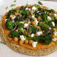 Kvinojina pica z bučnim premazom, brokolijem in čičeriko