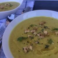 Porovo koromačeva juha z jabolkom in praženimi orehi