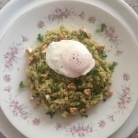 Kvinoja z ohrovtovim pestom, orehi in poširanim jajčkom