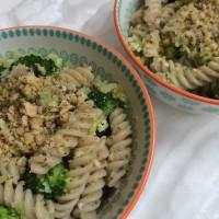 Polnozrnati fusilli z brokolijem in praženimi lešniki