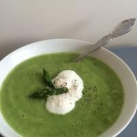 Kremna špargljeva juha z jogurtom