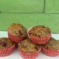 Muffini z vrtnimi in gozdnimi jagodami, makom in sladkim bananimi pirejem
