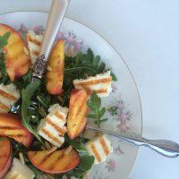 Solatni krožnik s sladkimi breskvami in nežno slanim sirom