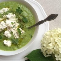 Vrtna kremna juha z zelišči in skuto