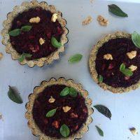 Mini veganske (brezglutenske) pite z rdečo peso, baziliko in orehi