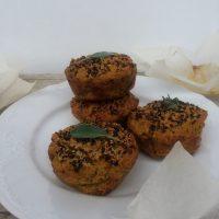 Veganski zeliščni muffini z bučnim pirejem in pisano kvinojo