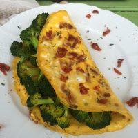 Brokolijeva omleta s curryjem in na soncu sušenim paradižnikom